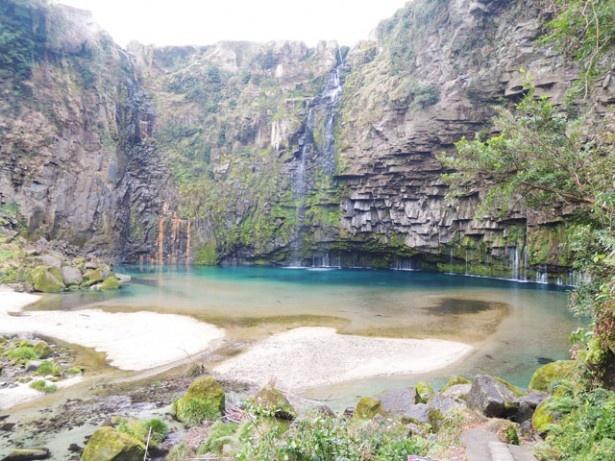 雄川の滝。エメラルドグリーンの滝つぼは、まさに秘境!