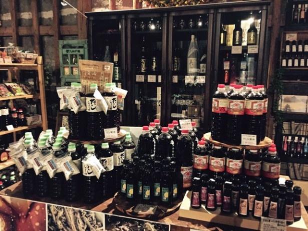 「児玉醸造 直売所」には、豊富な種類の醤油が並ぶ。お気に入りを見つけよう