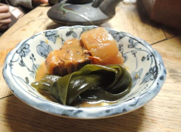 「おでん 黒ぢょか」は、秘伝のタレでじっくり煮込んだおでんを味わえる