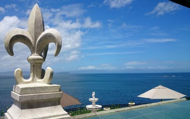 「ピザITUTU星」。目の前には錦江湾が広がり、対岸には薩摩半島、開聞岳を望む絶景が広がる