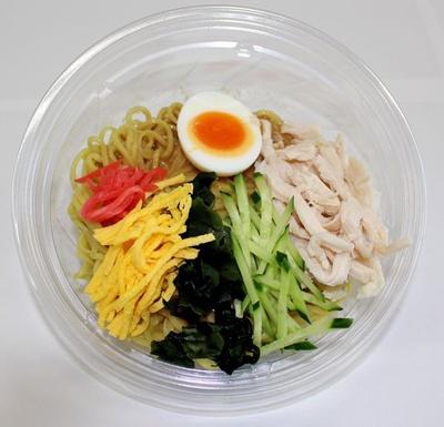 「ごまだれ冷し中華」(470円)のスープは、丸鶏を炊き出したブイヨンや練りゴマを用いた、コク深い味わい