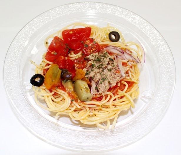 「冷たいパスタ ツナとグリル野菜」(398円)は全国(北海道、沖縄を除く)で発売中。トマトソースはガスパチョをイメージし、工場で手作りしている