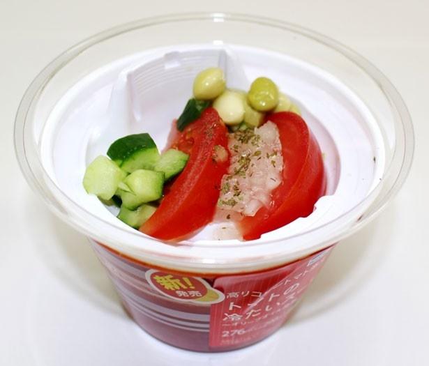 「トマトの冷たいスープ」(298円)は全国(北海道、沖縄を除く)で発売中。盛り付けには、今話題の「高リコピントマト」を使用している