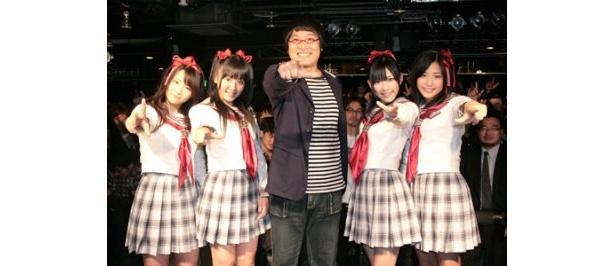 ミニライブ&握手会を行った平嶋夏美、多田愛佳、山里亮太、渡辺麻友、仲川遥香(写真左から)