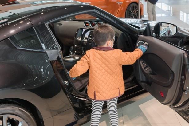 子供達も興味津々。ドア内部やハンドル、アクセルやブレーキなどを実際にタッチして体験できちゃう!
