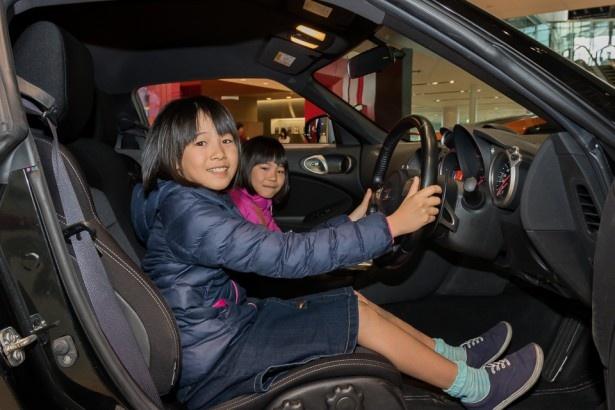 普段はパパやママに運転席に乗っちゃダメ、って言われるけれど、ここならOK! 子供達の目もキラキラ