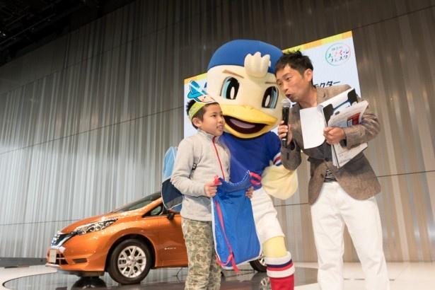 ジャンケンに勝った子に横浜F・マリノスグッズをマリノスケから進呈。イベント1のラッキーボーイだね!