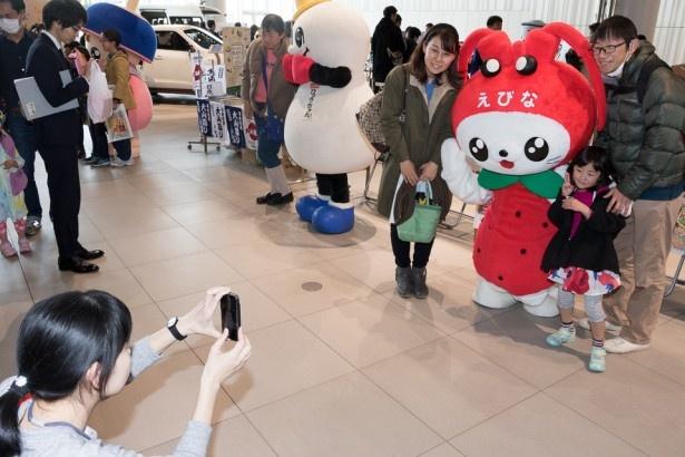 横浜ウォーカーで活躍中のプロのカメラマンが、お客さんの持参したケータイで「ハイ、チーズ」。いい記念になったね!
