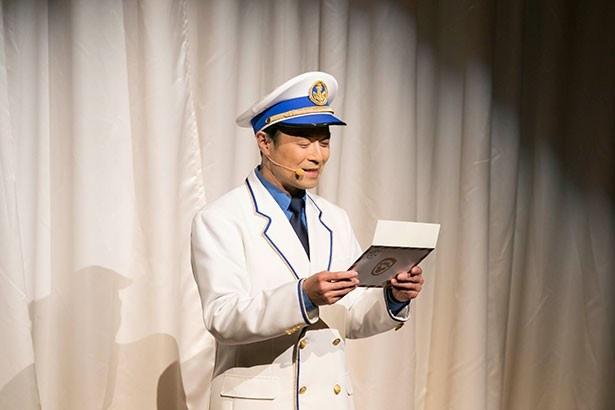 「ダッフィー&フレンズ・ハッピーファンイベント」でダッフィーの代わりに手紙を読むS.S.コロンビア号の船長・キャプテンスコット