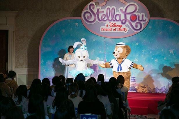 ステージを降りるステラ・ルーを手で支えてあげるダッフィー