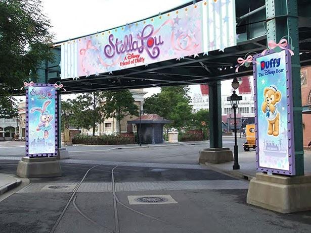 ウォーターストリートに登場する、ステラ・ルーとダッフィーが描かれたデコレーションのイメージ