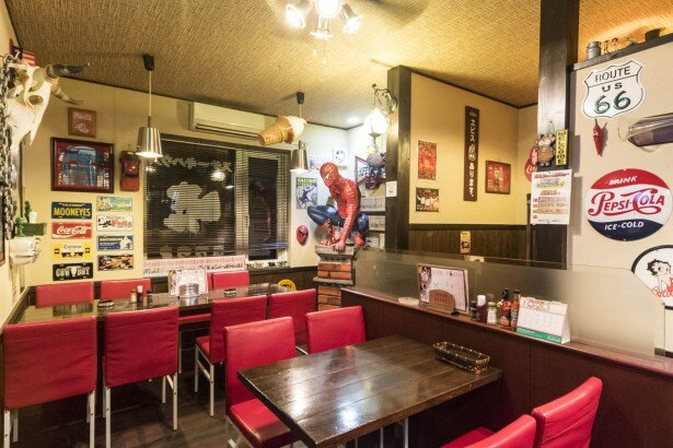 ステーキハウス暁/店内には60年代のアメリカングッズが満載