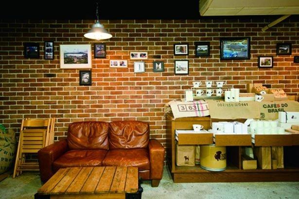 【写真を見る】くつろげるソファ席もあり、のんびりとコーヒーを楽しむことができる/The Cream of the Crop coffee 清澄白河ロースター