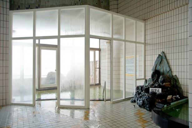きこないビュウ温泉のとや/海峡に面した半露天風呂は天候のよい日はガラス窓が開放される