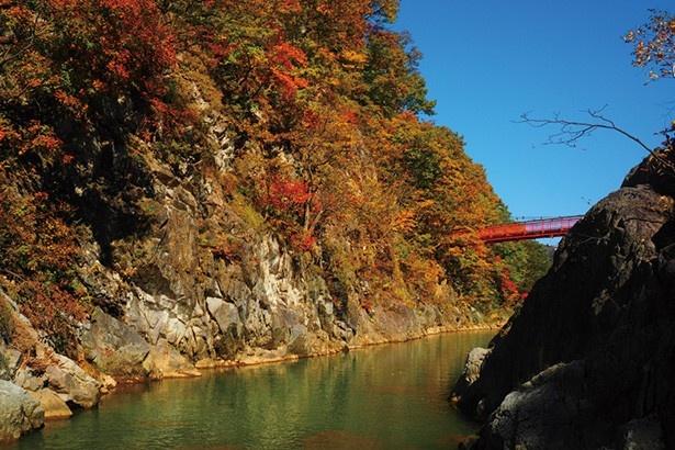 二見定山の道/渓谷の自然美に真っ赤な吊橋が映える