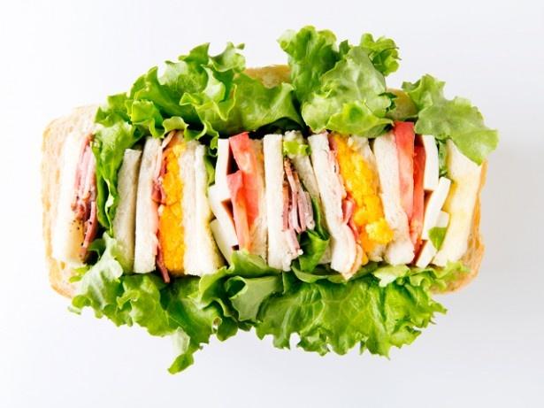 メゾンカイザーの「天神食パンの お花見シュープリーズ(ランチボックス)」(1620円)。くり抜いた食パンに、豚の肩ロースサンドなどがぎっしり。※3日前要予約