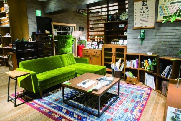 2階はリーズナブルなセレクト&国産のオリジナル家具がそろう「雑貨&ファニチャー」フロア/niko and...COFFEE