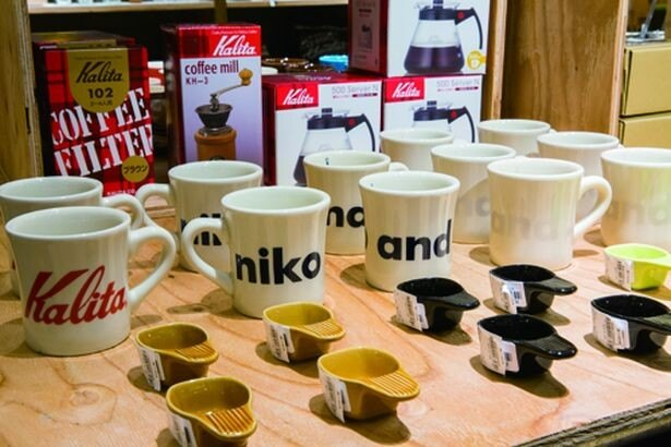 Kalitaの「コーヒーミル」(3800円)など、コーヒー雑貨もそろう/niko and...COFFEE