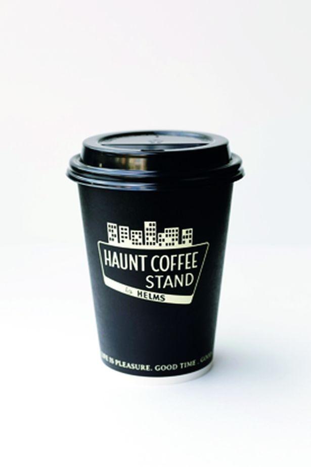 カップのロゴは都会の中のスタンドをイメージ。特製ホルダーもある/HAUNT COFFEE STAND