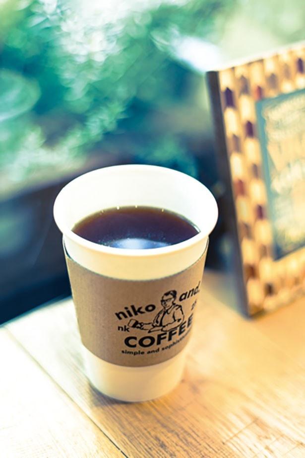 味のバランスがいい「浅煎りコーヒー」は432円から。一緒に楽しみたい焼き菓子も(各種302円から)も販売している/niko and...COFFEE