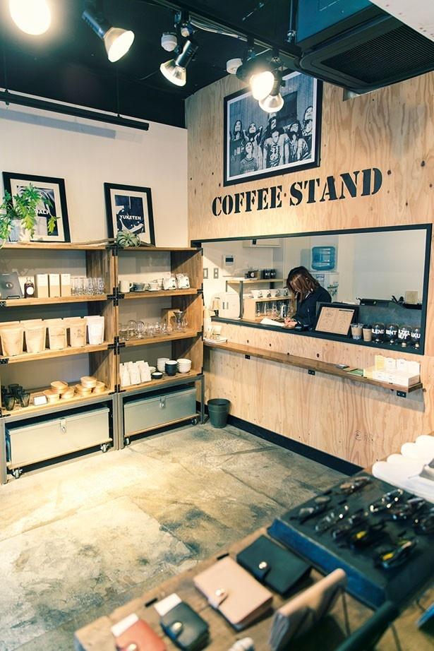 内装はNYブルックリンをイメージ。入ってすぐのスタンドは、コーヒーだけの利用客も/BLACK BRICK PLANTS GENERAL STORE