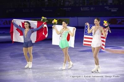 国旗を持っての記念撮影。左からガブリエル・デールマン、三原舞依、長洲未来