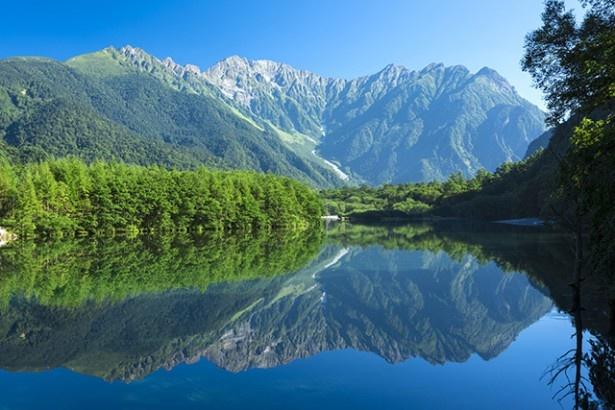 夏の朝靄に浮かぶ幻想的な風景「大正池と穂高連峰」