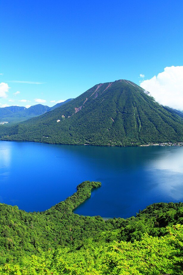 【写真を見る】眼下に広がる奥日光の大パノラマ「中禅寺湖~半月山からの眺め」