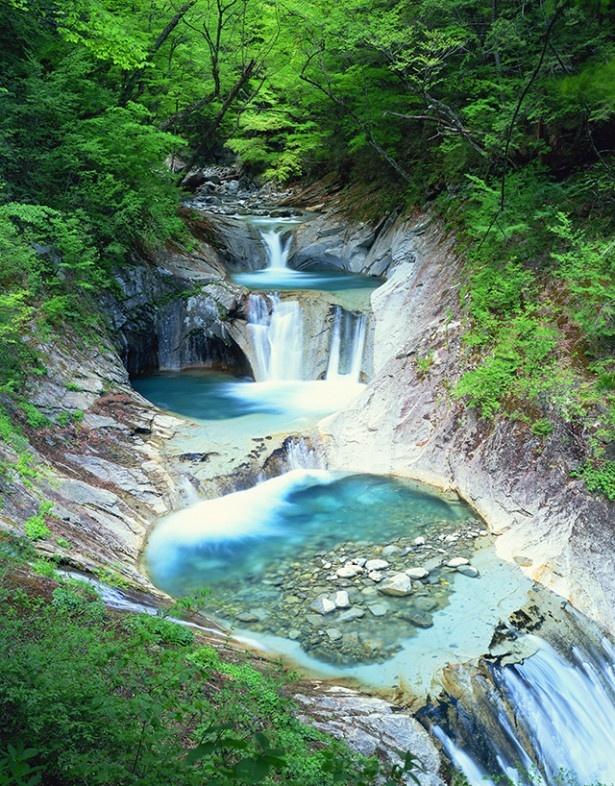 翠玉色の滝が織りなす渓谷の五重奏「西沢渓谷 七ツ釜五段の滝」