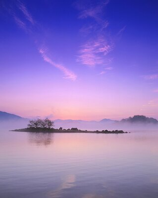 湖につかの間現れる東雲色の空「桧原湖(ひばらこ)の朝焼け」