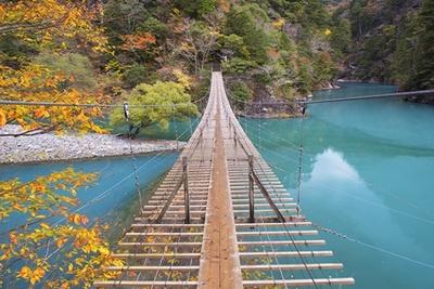 「寸又峡(すまたきょう)」の長さ90mの「夢の吊橋」からの景色は格別