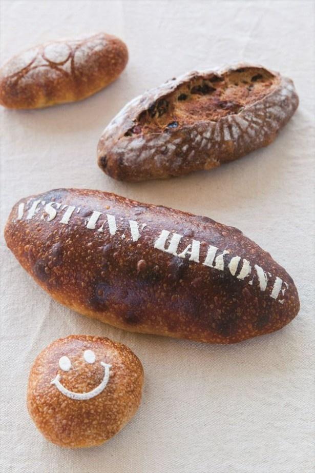 【写真を見る】「FREE BIRD CAFE」の人気のパンにも注目!