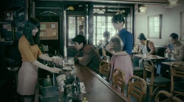 MVの舞台は1970年代。喫茶店で働きながらゆいちゃんずとして活動する2人