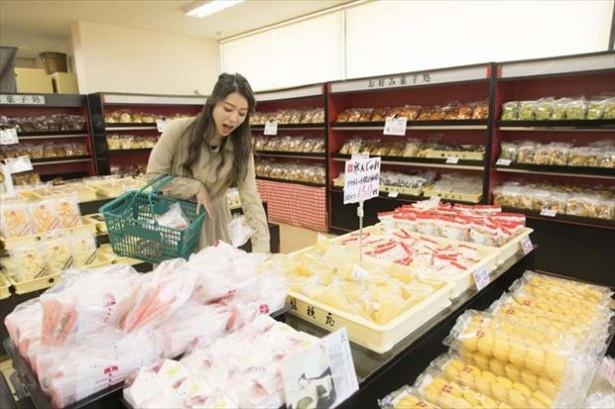 【写真を見る】オープン以来、大好評の「桔梗屋 工場アウトレット 社員特価販売 1/2」