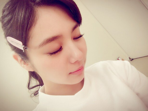 【写真を見る】レアな新川優愛のメイク中の姿も披露