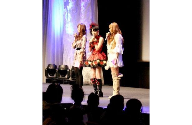 里田まい(写真右から1人目)と虎南有香(写真左から1人目)がゲストとして登場
