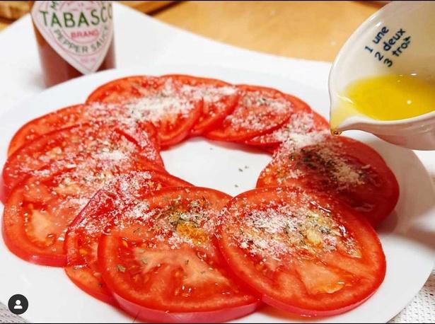 そのまま食べても美味しいトマトは、オリーブオイル、粉チーズ、バジル、タバスコをかけたら、まるでピザを食べているような味わいになるそう