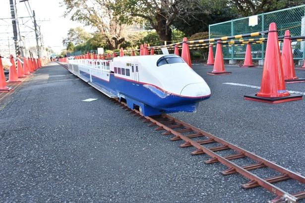【写真を見る】開園記念イベントに登場するミニ新幹線