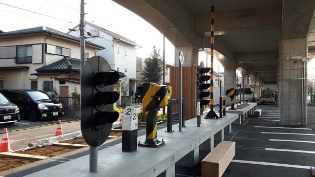 ベンチやテーブルの上には鉄道設備が展示されている