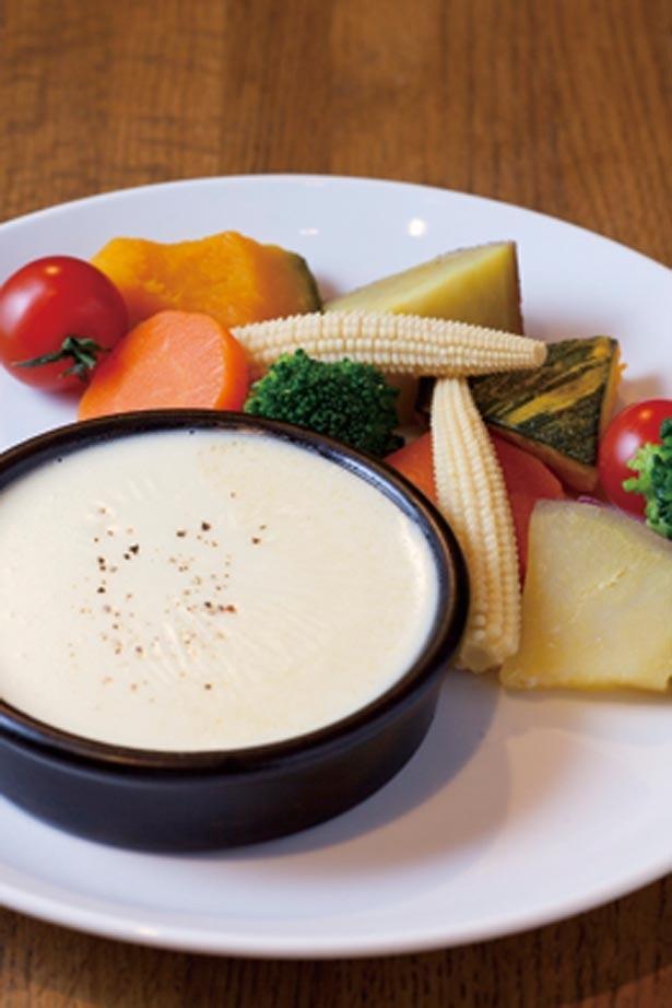 【写真を見る】「6種の温野菜のチーズフォンデュ」(1058円)。ヘルシーな蒸し野菜とチーズの組み合わせがたまらない/678