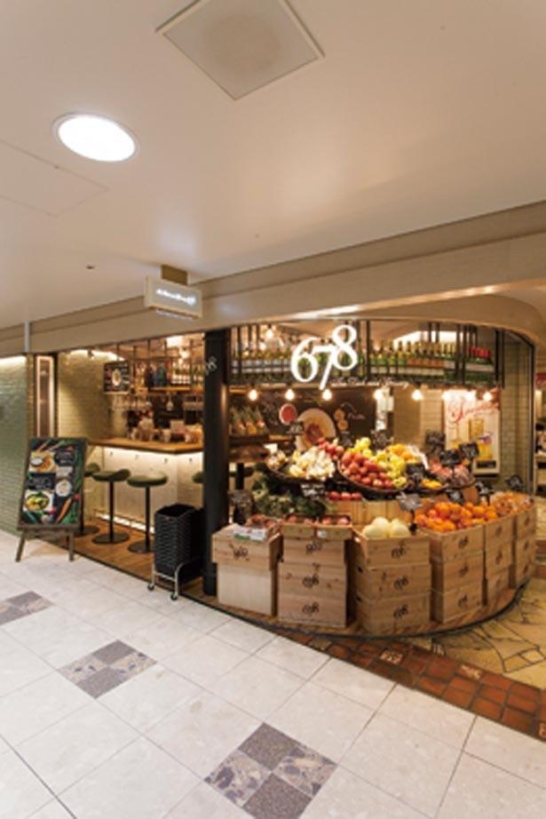 色鮮やかなフルーツが華やかに店頭を飾る。店内では弁当やバーガーなども販売されている/678