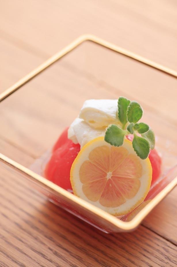 「トマトの白ワイン漬け×モッツァレラチーズ」(600円)。漬け野菜はさまざまな食材と合わせられる/漬け野菜isoism