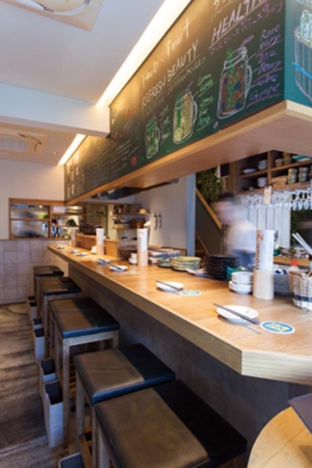 カウンター席はスタッフとのコミュニケーションも取りやすい。ほかにテーブル席もあり/漬け野菜isoism