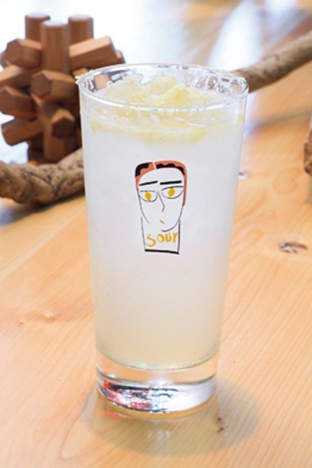 「スペシャルレモンサワー」(700円)。自家製レモンチェッロをソーダで割ったさわやかさで人気/sour