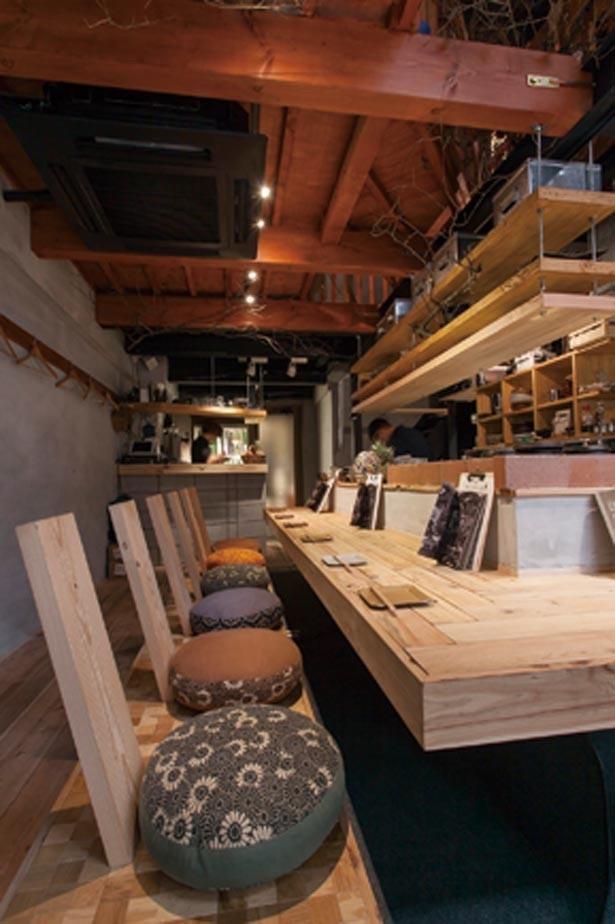 オープンキッチンスタイルの1階にカウンター。2階、3階はグループで利用できるテーブル席が/robata279 -僕が櫂を捨てた理由