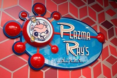 """【写真を見る】サインやポスターにデザインされた、かわいい宇宙人がレストランオーナーの""""プラズマ・レイ"""""""