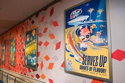 """宇宙のあちこちで展開されている""""プラズマ・レイ""""の店の宣伝ポスターが店内のいたるところに"""