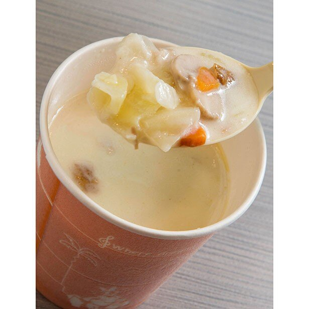 ベジタブルクリームスープ300円。さまざまな野菜とベーコン入り