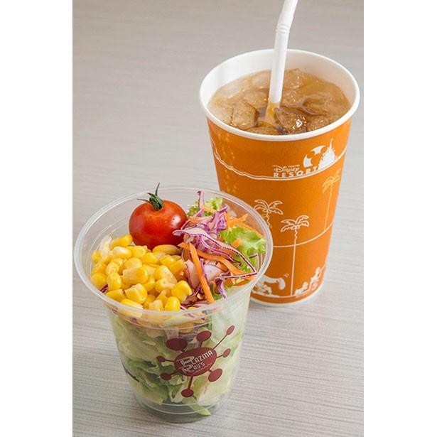 カップサラダ260円はオリジナルカップ入り。カップサラダとソフトドリンクはライスボウルとのセットにもでき、各1160円