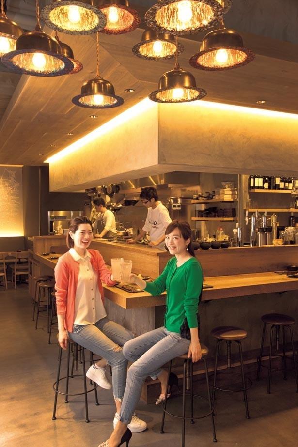 テーブルやカウンターはもちろん、壁までウッド調の内装が印象的/RUTSUBO KITCHEN 肥後橋店
